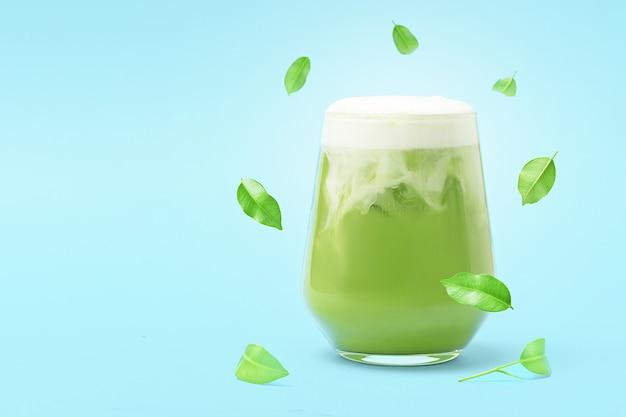 Glas eis match latte auf blauem hintergrund mit kopienraum.
