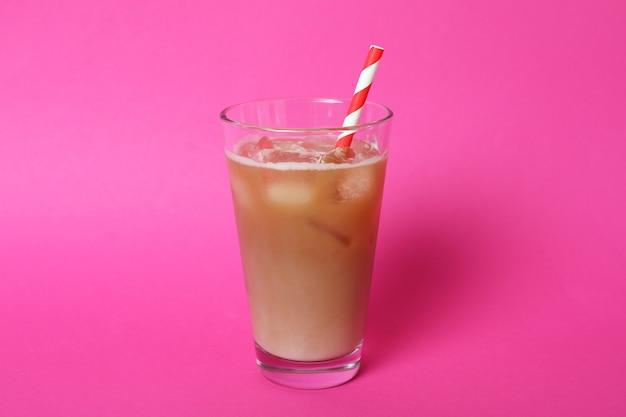 Glas eiskaffee auf rosa hintergrund