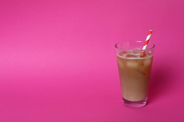 Glas eiskaffee auf rosa