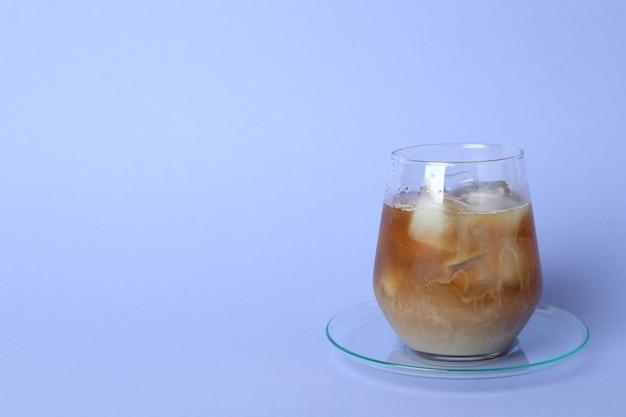 Glas eiskaffee auf veilchen