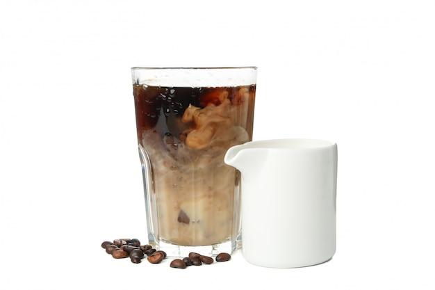Glas eiskaffee lokalisiert auf weißem hintergrund
