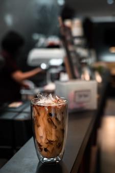 Glas eiskaffee mit milch auf dem tisch