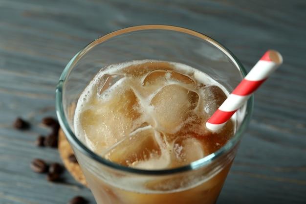Glas eiskaffee mit strohhalm, nahaufnahme