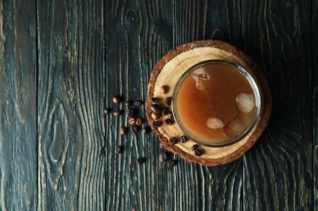 Glas eiskaffee und bohnen auf holztisch