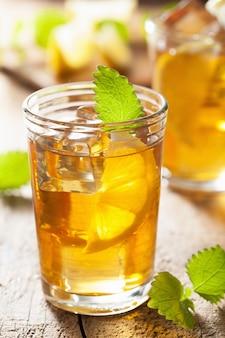 Glas eistee mit zitrone und melisse