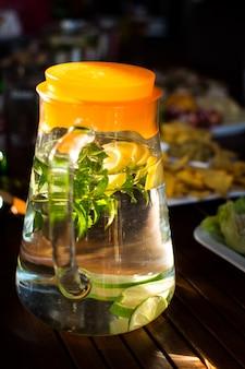 Glas erfrischendes wasser mit zitrone und minze