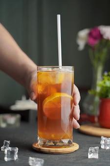 Glas espresso mit zitronensaft und frisch geschnittener zitrone auf holztisch