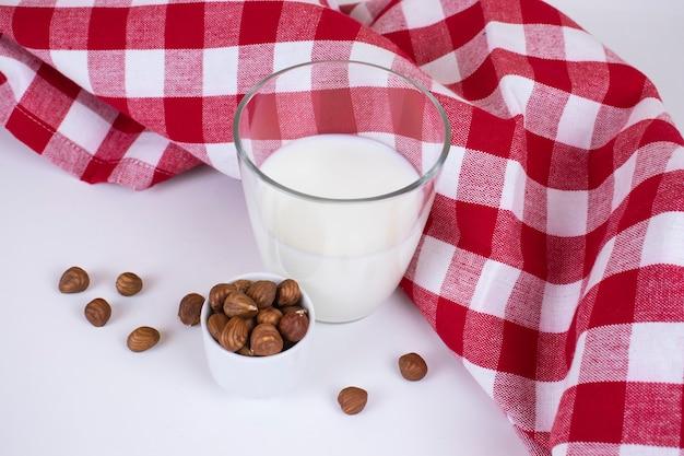 Glas frische vegane haselnussmilch im rustikalen stil.