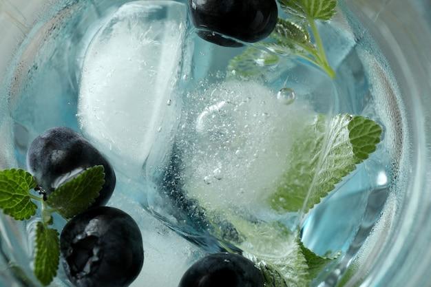 Glas frischer blaubeercocktail mit eis, makro