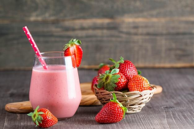 Glas frischer erdbeermilchshake, smoothie und frische erdbeeren
