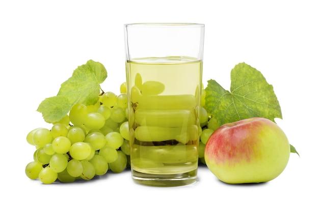 Glas frischer fruchtsaft mit bund aus süßer grüner traube und apfel