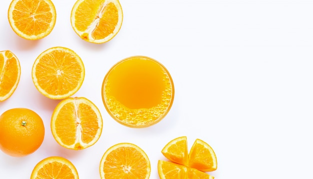 Glas frischer orangensaft auf weißem hintergrund. draufsicht mit kopienraum