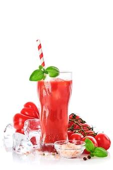 Glas frischer tomatensaft, basilikum und tomaten auf weißem hintergrund. mit kopienraum.
