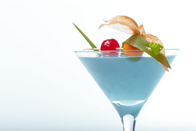 Glas frisches cocktail auf weißem hintergrund