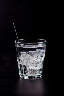 Glas frisches kaltes tafelwasser mit eiswürfeln