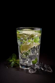 Glas gefrorenes limonadensoda mit limettenscheibe