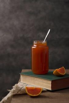 Glas gefüllt mit bio hausgemachter orangenmarmelade