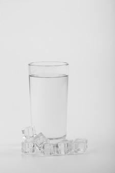 Glas gefüllt mit wasser und eis kopierraum