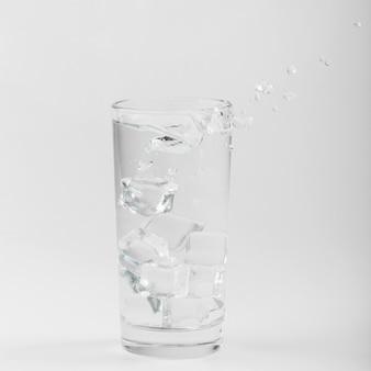Glas gefüllt mit wasser und eis