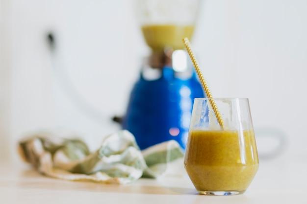 Glas geschmackvoller grüner smoothie auf tabelle