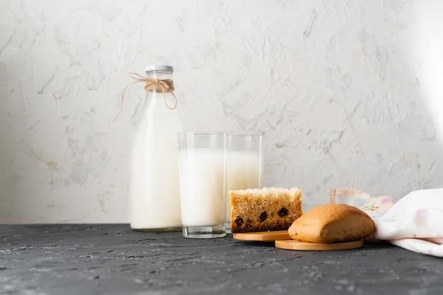 Glas gesunde milch der nuss ohne schädliche fette auf einer schmutzoberfläche, rentable abendessen