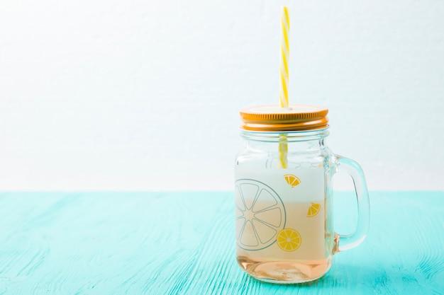 Glas getränk mit stroh an bord der tabelle