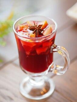 Glas glühwein mit grapefruit, orangenkrusten und sternanis