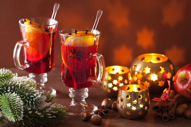 Glas glühwein mit orange und gewürzen, weihnachtsdekoration