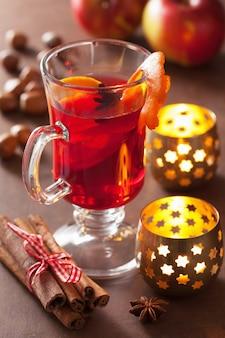 Glas glühwein mit orange und gewürzen, wintergetränk