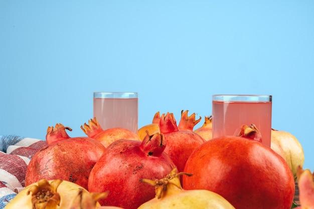 Glas granatapfelsaft und früchte auf einem tisch