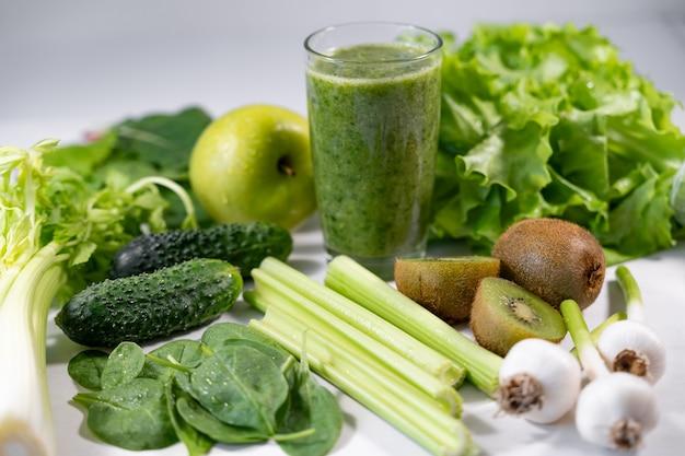 Glas grüner gemüsesaft