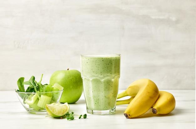 Glas grüner smoothie auf dem küchentisch