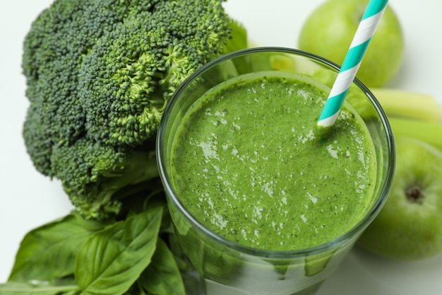 Glas grüner smoothie und zutaten auf weißem hintergrund, schließen oben
