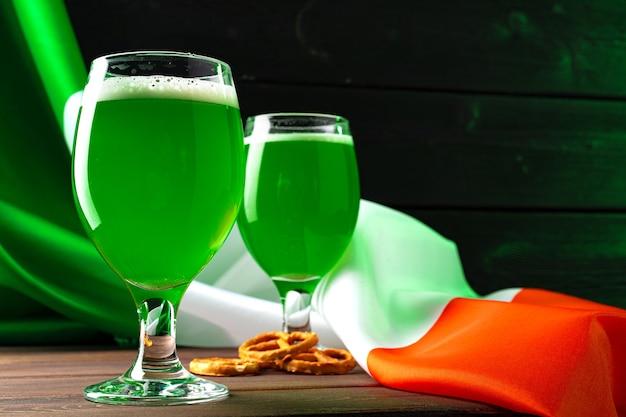 Glas grünes bier gegen flagge von irland