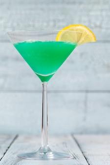 Glas grünes schraubenzieher-cocktailgetränk