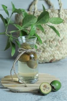 Glas hausgemachtes feijoa-kompott auf steinhintergrund.
