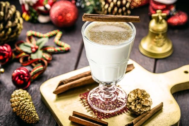 Glas heißer eierlikör, weihnachtsgetränk, basierend auf eiern, zimt, mandeln und rumlikör. genannt eierlikör, milch und pisco, coquito oder crème de vie