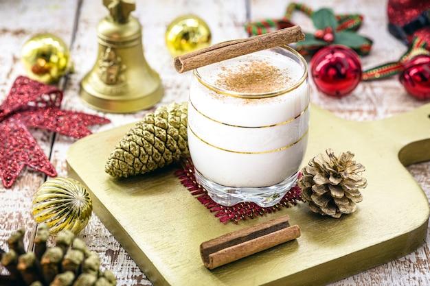 Glas heißer eierlikör, weihnachtsgetränk, basierend auf eiern, zimt, mandeln und rumlikör. genannt eierlikör, milch und pisco, momo cola, coquito oder crème de vie oder eierlikör