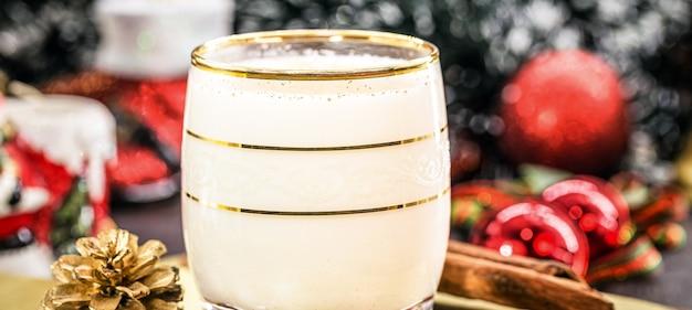 Glas heißer eierlikör, weihnachtsgetränk, basierend auf eiern, zimt, mandeln und rumlikör. genannt eierlikör