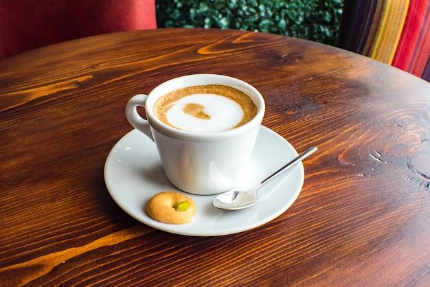Glas heißer karamell-macchiato-kaffee