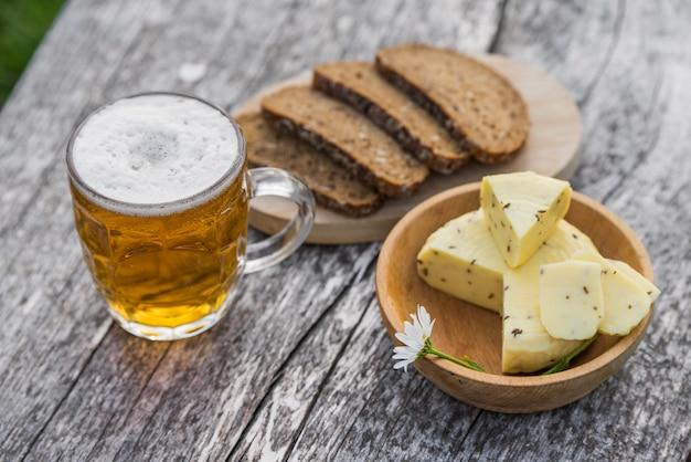 Glas helles bier mit käse und roggenbrot