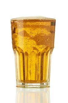 Glas helles frisches bier mit hellem schaum