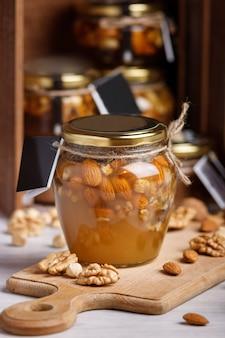 Glas honig auf einem holzbrett