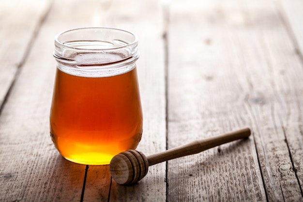 Glas honig mit honigschöpflöffel