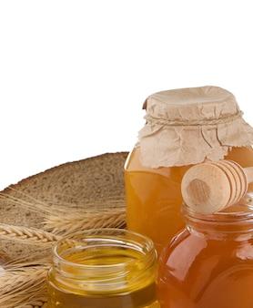 Glas honig und brot lokalisiert auf weiß