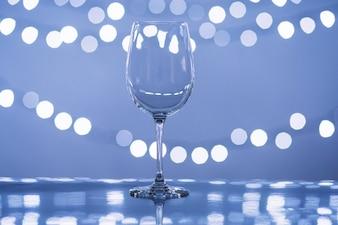 Glas in der Nähe von Lichterketten