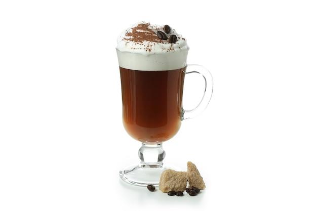 Glas irish coffee isoliert auf weißem hintergrund