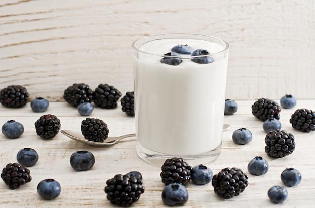 Glas joghurt mit blaubeeren, brombeeren und blaubeeren