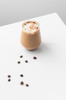 Glas kaffee auf dem tisch