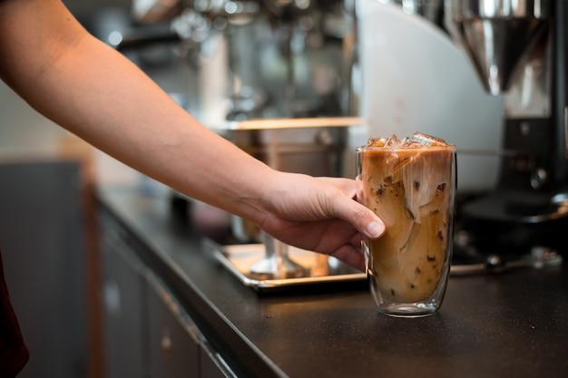 Glas kaffee auf weißem hintergrund